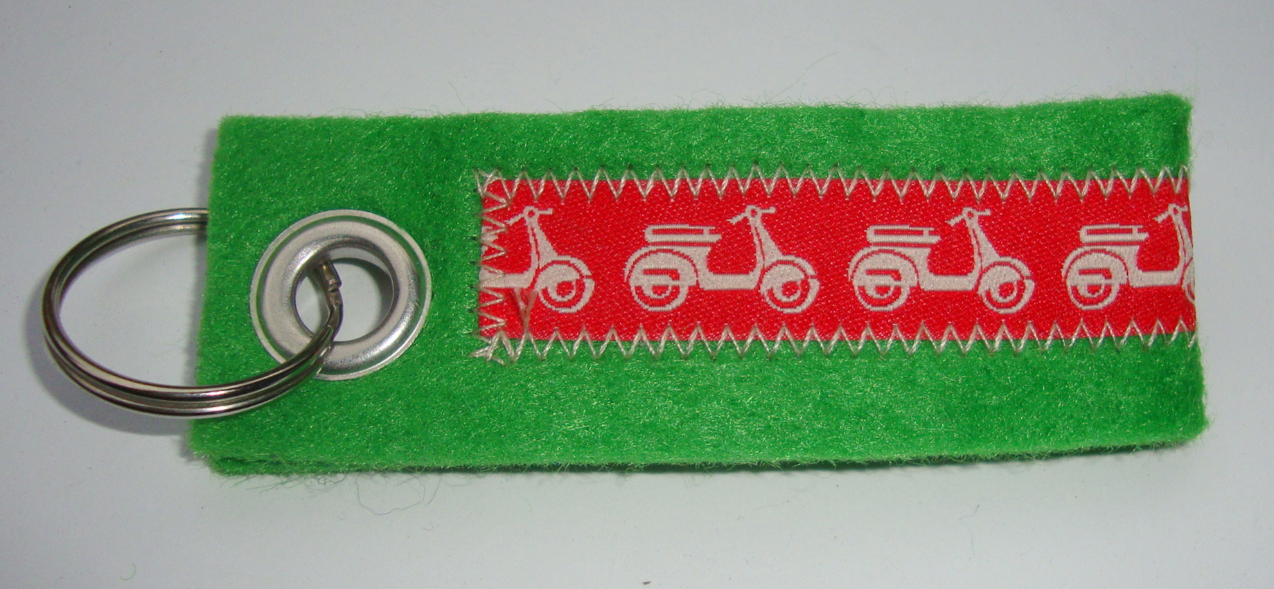 Key ring, felt, green, Vespa, red white
