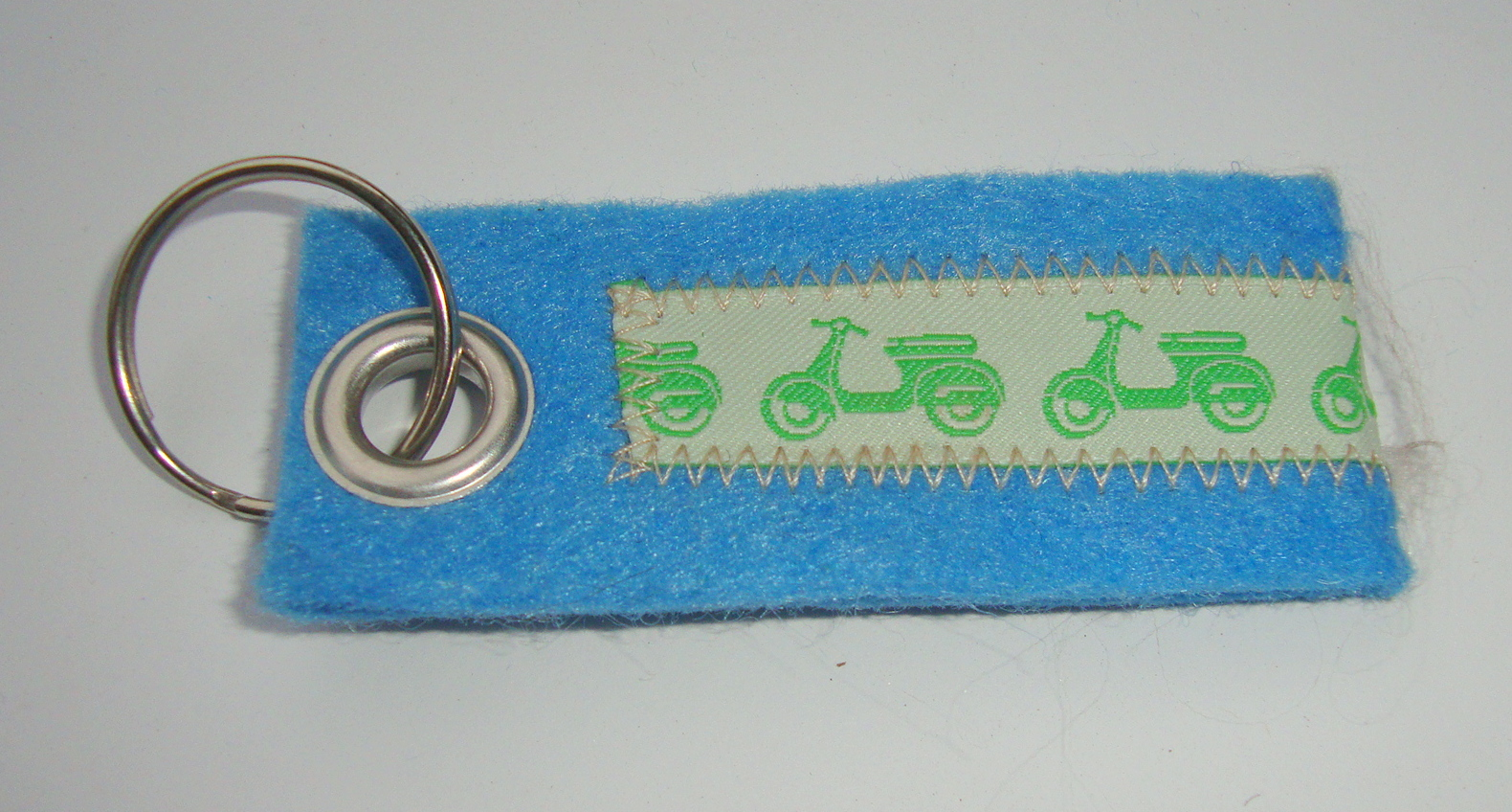 Key ring, felt, light blue, Vespa, weiß green