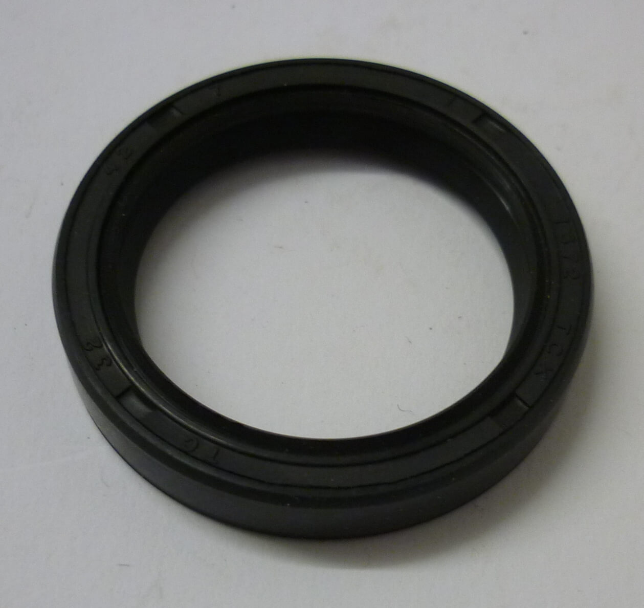 Oil seal, TC 32/42/7 with dust lip